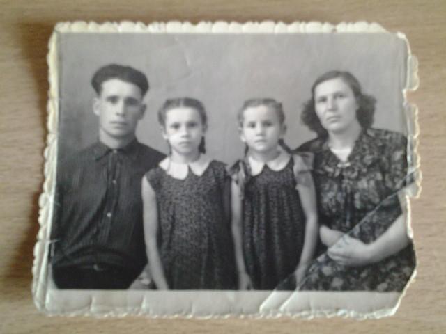 Дед , бабушка и мама с сестрой.