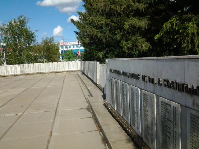 Мемориальные таблички с именами погибших в орских госпиталях, установленные ранее.