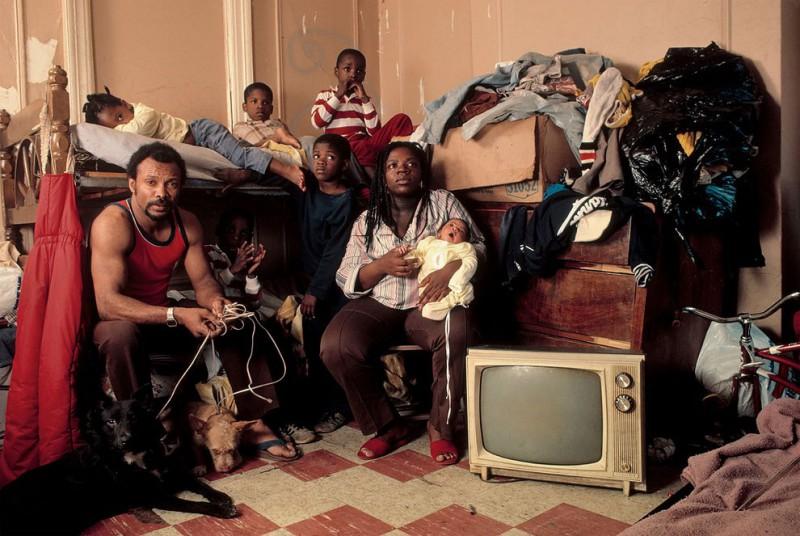 Афро-американская семья в своей квартире