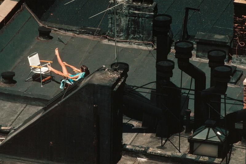 Девушка загорает на крыше