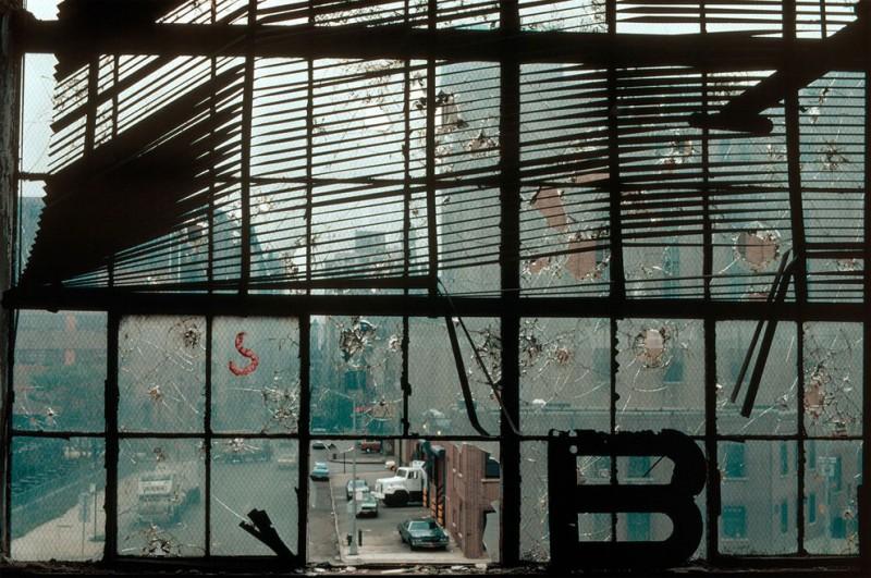 Повреждённое окно в здании