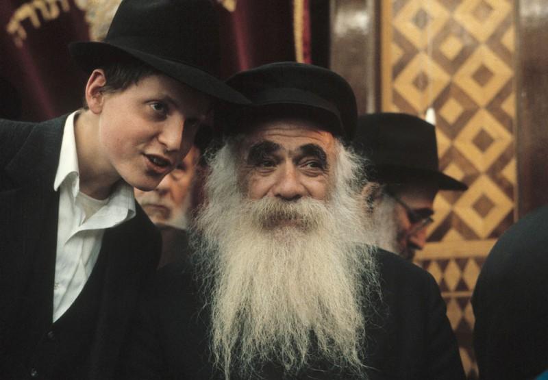 Старик и мальчик в Любавической синагоге в Бруклине