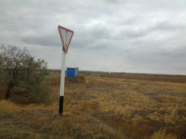 Одинокая автобусная остановка посреди степи