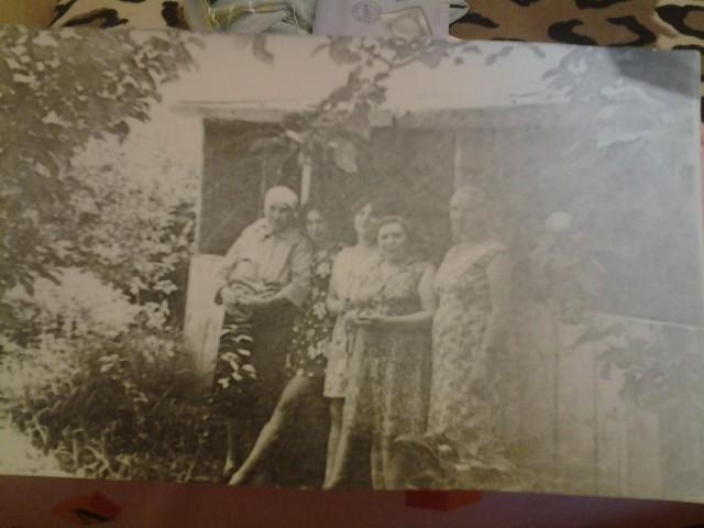 Слева направо- моя прабабка Калашникова Варвара Пахомовна, тетя Таня Калашникова, моя мама Нина Михайловна, бабушка Мария Васильевна и Тамара Калашникова- жена родного брата дедушки.