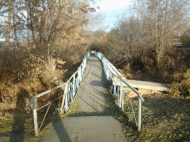 Пешеходный деревянный мостик