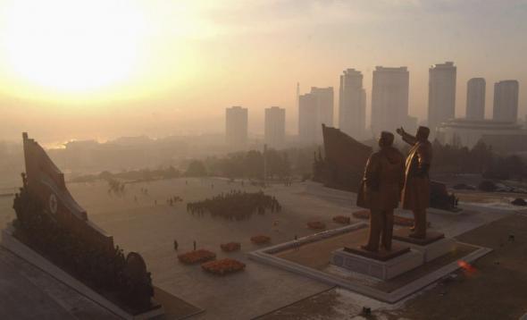 Северные корейцы празднуют Новый год, посещая статуи основателя Северной Кореи Ким Ир Сена и Ким Чен Ира