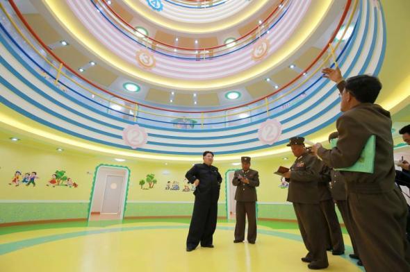 Северокорейский лидер Ким Чен Ын дает указания по поводу завершения работ над детским домом