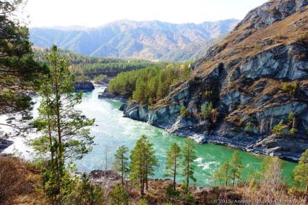 Вода в реке Катунь удивительного бирюзового цвета 2