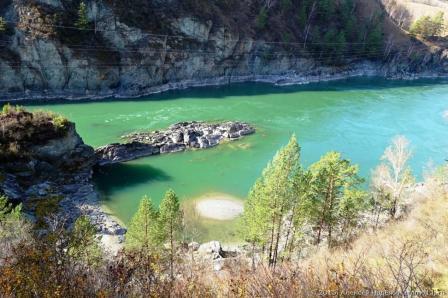Вода в реке Катунь удивительного бирюзового цвета.