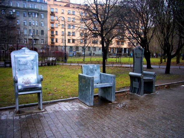 Именные стулья, установленные в честь особо отличившихся деятелей театра