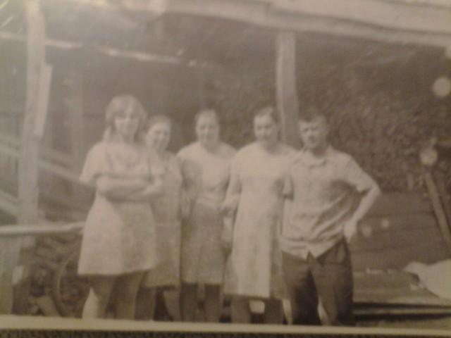 Моя мать слева Калашникова Нина Михайловна и родственники в Лопуховке