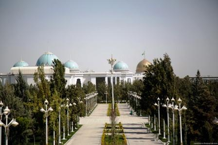 Золотой купол на заднем фоне - Президентский дворец «Огузхан»