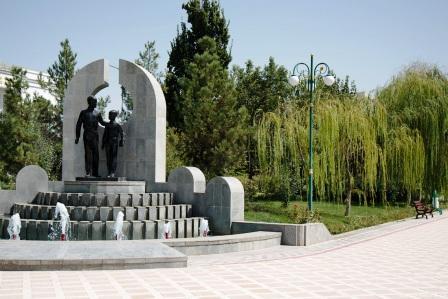 много памятников и скульптур