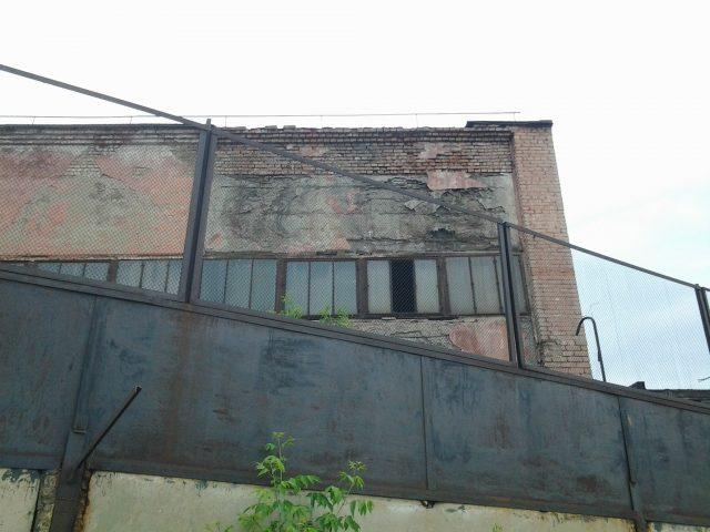 Где-то недалеко от этого здания лежат в земле кости Дэрдменда