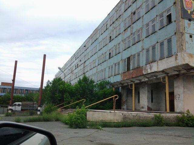 Полуразрушенное здание одного из корпусов завода
