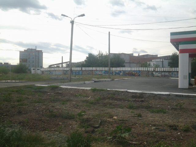 Вид на завод с заправочной станции