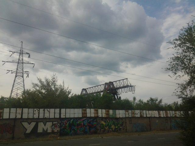 Забор завода, вид с заправки