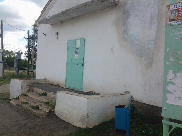 """Сельский клуб Саверовки, на стене которого висит плакат """"Никто не забыт, ничто не забыто"""""""
