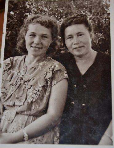 Галина Давыдова слева